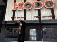 Niko a Modo ruhabolt előtt