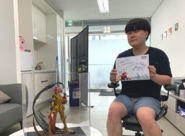 Kim Sehoon with a greeting card, a Hardcore Leveling Warrior figure and a Sora SD figure given to him by Superplanet and Hardcore Leveling Warrior with Naver Webtoon