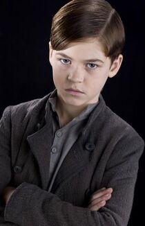 Portret smutnego, 11-letniego Toma z założonymi rękami