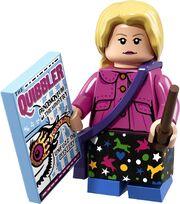 """blond włosa dziewczyna przedstawiona jako figurka LEGO w różowym żakiecie z dużymi brązowymi guzikami oraz w czarnej spódnicy w kolorowe wzory (m.in. w niebieskie serca, białe gwiazdki i jednorożce). Przez jej tułów przechodzi fioletowa torba. W lewej ręce Luna trzyma różdżkę a w prawej niebieski egzemplarz magazynu """"Żongler"""""""