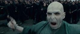 Voldemort rozpoczyna atak, w tle biegnący śmierciożercy
