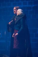 Walden trzymający Lunę Lovegood