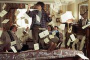 Harry e le lettere nel salone dei Dursley.jpg