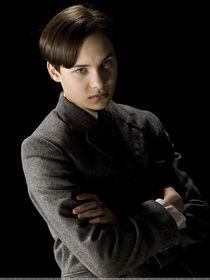 Portret smutnego, 16-letniego Toma z założonymi rękami