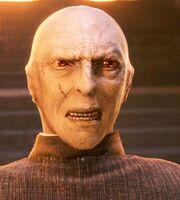 Złowroga twarz Voldemorta z tyłu głowy innego czarodzieja