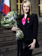 J.K. Rowling sur les marches du Palais de l'Élysée à Paris