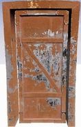 Неиспользуемая дверь подвала