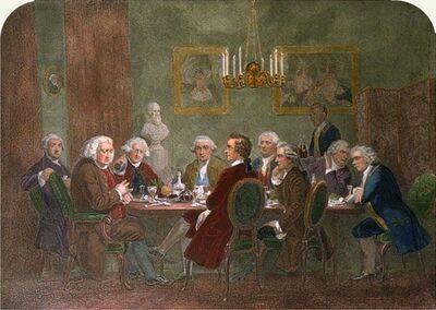 Salle à manger avec neuf hommes assis autour d'une table. Le dîner est terminé, et un grand homme à la tête parle et gesticule tandis que les autres écoutent avidement. Les hommes portent des perruques et des vêtements de la Grande-Bretagne de la fin du XVIIIe siècle, et les meubles, les draperies et les chandeliers sont du même style. Un domestique en livrée entre avec un plateau portant deux carafes de vin aux épaules hautes.