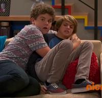 HD 1x12 Jasper grabbing henry.png