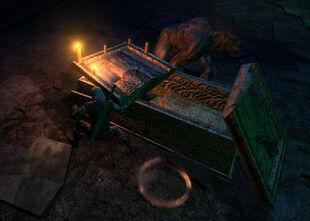 Die Striege vor ihrem Sarg mit zwei noch brenennden Kerzen