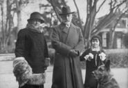 1280px-Bundesarchiv Bild 102-11383, Doorn, Kaiser Wilhelm II. mit Gattin und Tochter