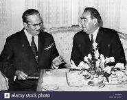 Leonid-brezhnev-secretario-general-del-partido-comunista-sovietico-comite-central-derecha-y-presidente-josef-broz-tito-del-b9erhm