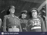 El-general-george-s-patton-izquierda-y-gregory-marshall-sovietico-zhukov-comentario-tropas-en-berlin-los-soldados-de-cuatro-naciones-marcharon-en-eg6mh6