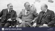 El-primer-ministro-canadiense-mackenzie-king-el-presidente-estadounidense-franklin-d-roosevelt-y-el-primer-ministro-britanico-winston-churchill-durante-la-conferencia-de-quebec-m9tfmk