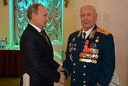 Владимир Путин поздравляет Дмитрия Язова с 90-летием 1
