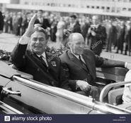 El-lider-sovietico-leonid-brezhnev-izquierda-y-el-primer-ministro-hungaro-janos-kadar-la-segunda-a-la-izquierda-en-budapest-hungria-b96a2j