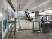 Sunny Bay open gate let passengers to take TE13 10-04-2020