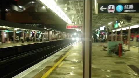 MLR駛入港鐵沙田站4號月台上落客並讓KTT先通過3號月台