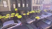 Пішоходи з жовтими парасольками