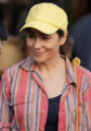 Mujer de la gorra amarilla