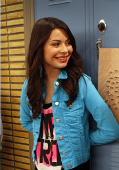 Miranda-cosgrove-as-carly-shay-in-the-episode-igoodbyelove-is-free-tank-forever-21-price-12-80.png