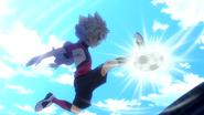 Bailong dando un tacón en el aire al tiro de Victor en la Resistencia Japon
