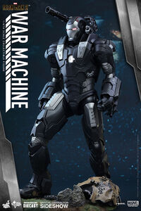 Iron-man-2-war-machine-sixth-scale-hot-toys-902615-02