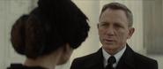 James Bond offensant Lucia