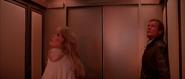 Stacey et Bond dans l'ascenseur