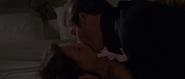 Embrassement de Corinne et Bond