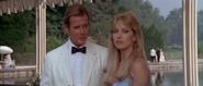 Stacey et Bond à la fête