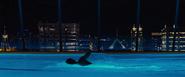 James Bond nageant dans la piscine