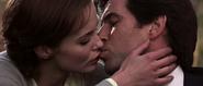 Natalya et Bond s'embrassant