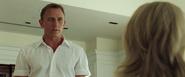 James Bond s'adressant à la réceptionniste