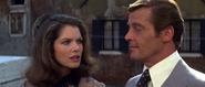 Holly et Bond se retrouvant à Venise
