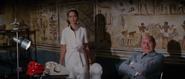 Anya retrouvant Bond dans le temple d'Abou Simbel