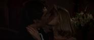 Kara et Bond s'embrassant dans la loge