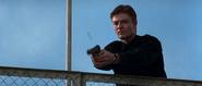Alec essayant d'abattre Bond avec son pistolet