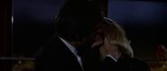 Kara et Bond s'embrassant dans la grande roue