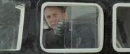 James Bond affrontant Hinx et ses hommes