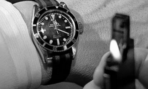 Bond checks his watch (Goldfinger).png