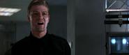 Alec ordonnant à ses hommes de trouver Natalya