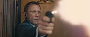 James Bond contrecarrant l'attaque