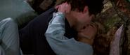 Kara et Bond s'embrassant chez Kamran