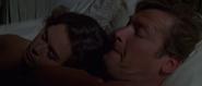 Corinne et Bond au lit