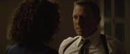 James Bond demandant à Moneypenny d'enquêter