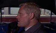 Grant observant Bond à l'aéroport