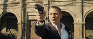 James Bond tenant Silva en joue