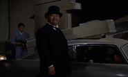 Oddjob sur le point de capturer Bond