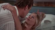 Mary et Bond passant un moment intime dans la chambre d'hôtel